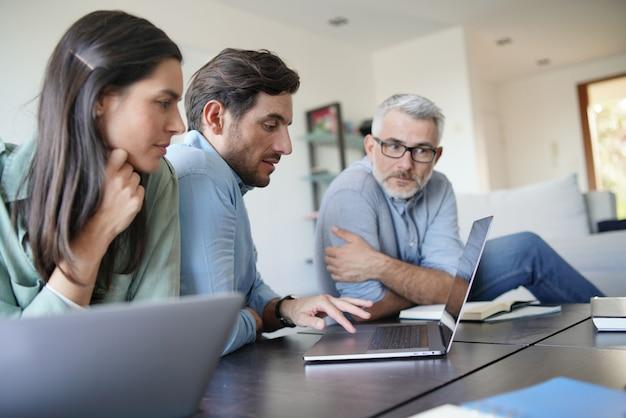 Три коллеги, случайно разбирающиеся с бизнес-идеями дома