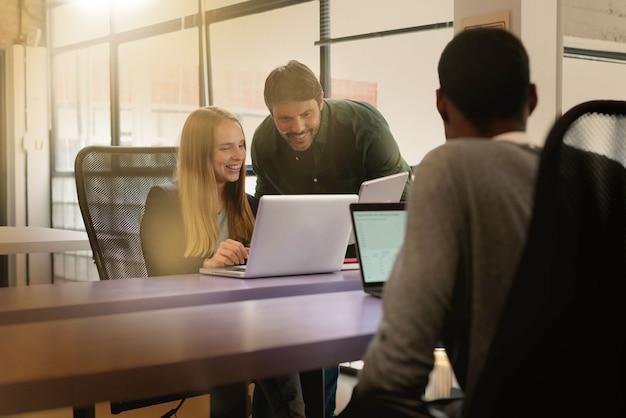 近代的なオフィススペースで忙しい労働者