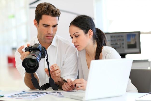 若い同僚は写真代理店で会議を行っています