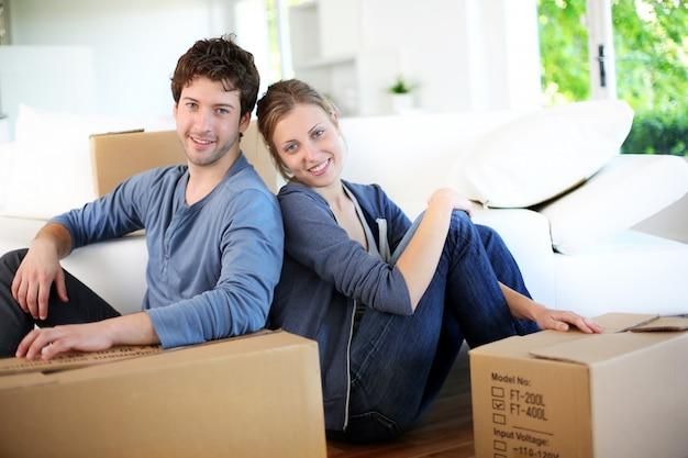 若いカップルが彼らの家に移動