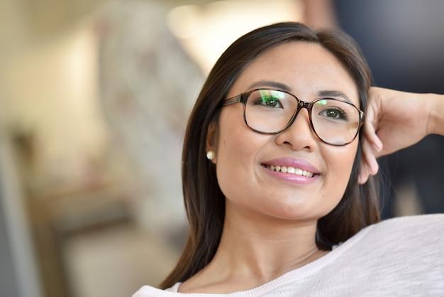 Портрет красивой и улыбающейся азиатской девушки