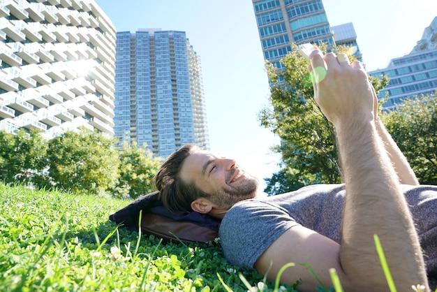 スマートフォンを使用して公園に敷設男