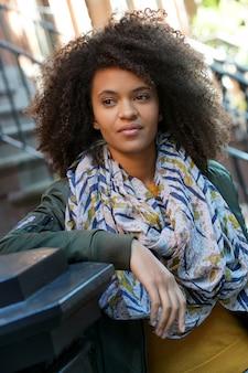 ニューヨークの通りに立っている魅力的な女の子