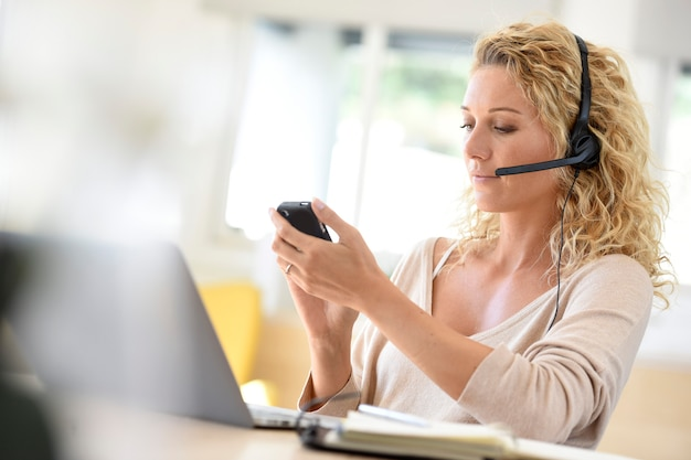 Женщина работает из домашнего офиса