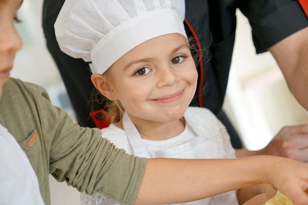 Маленькая девочка готовит