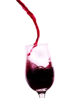 グラスに流れる赤ワイン