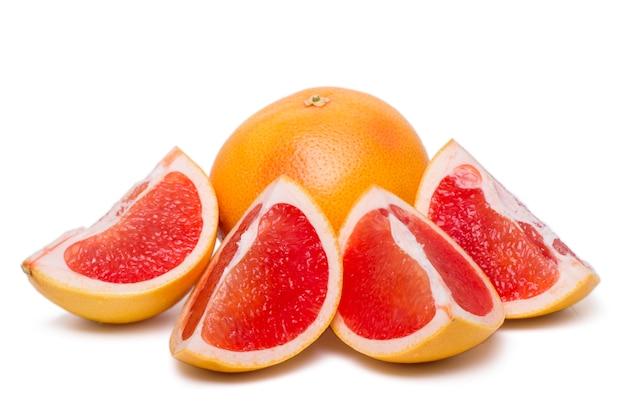 白い背景に分離された新鮮で健康的なグレープフルーツのビューを閉じます。