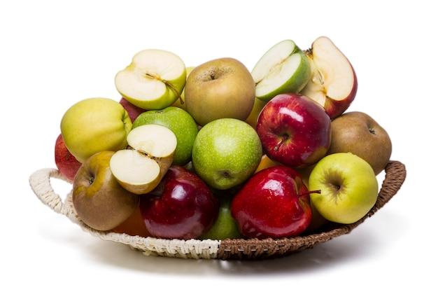 白い背景に分離された、さまざまな品種のいくつかのリンゴのビューを閉じます。
