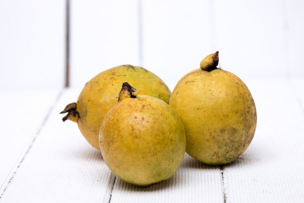 白い背景の上の新鮮なグアバ果実。