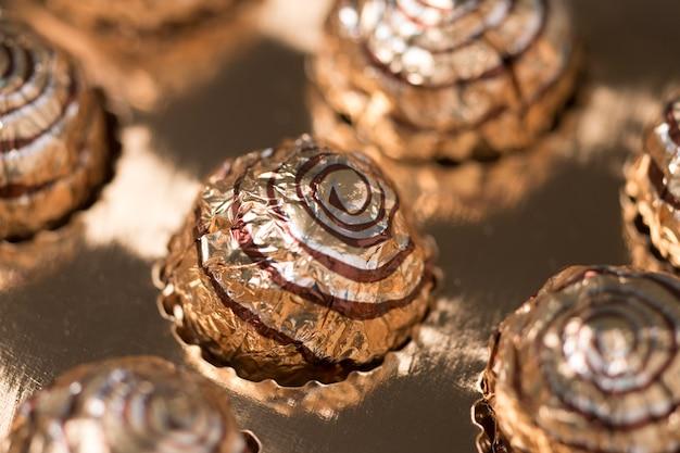 Коробка сладких круглых шоколадных конфет