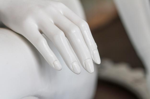 博物館に白いマネキンの手のクローズアップ表示。