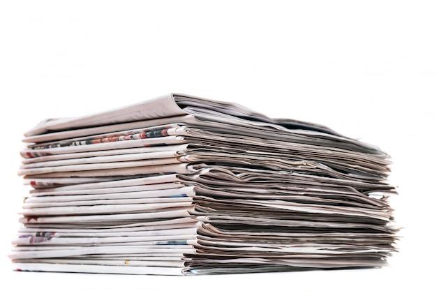 新聞の山のビューは、白い背景で隔離の積み上げ。