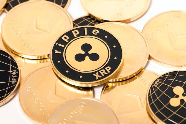 光沢のある黄金と黒のリップルコイン