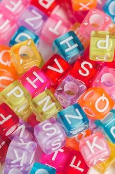 カラフルなプラスチック製のビーズと文字