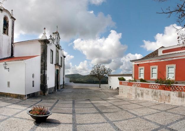 ポルトガルのサン・ブラス・デ・アルポテルの小さな町の村の教会。