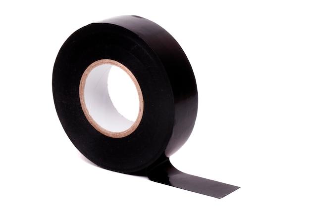 白い背景に分離された黒い絶縁粘着テープのロールのクローズアップ表示。