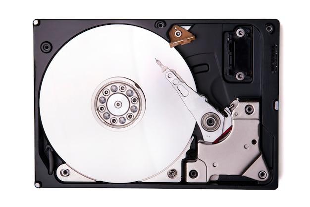 白い背景に分離されたコンピューターのハードドライブのビューを閉じます。