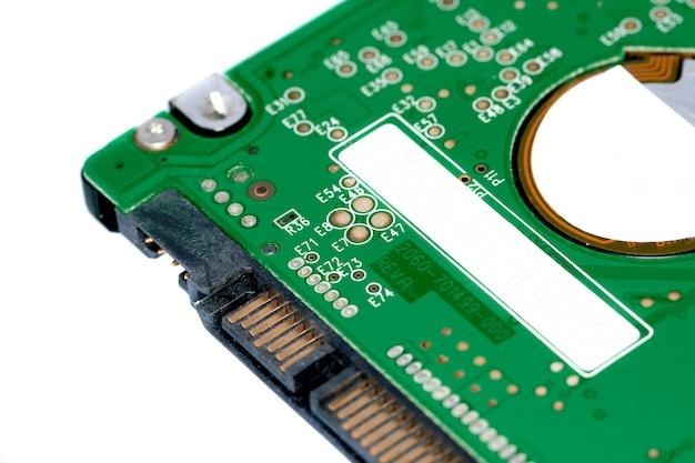 Деталь близкого взгляда жесткого диска компьтер-книжки изолированного на белой предпосылке.