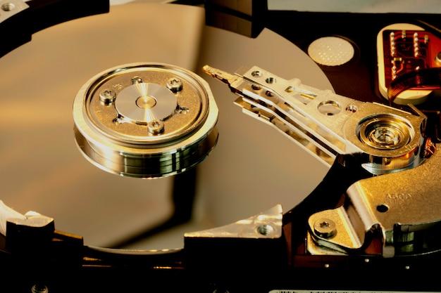 Внутри жесткого диска компьютера