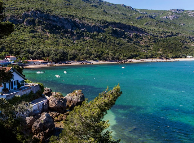 ポルトガル、セトゥーバルにあるアラビダ地方の美しい沿岸風景の眺め