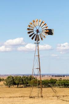 古い揚水風車