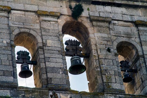 ポルトガル、エヴォラ市にあるグラサ教会のビューを閉じます。