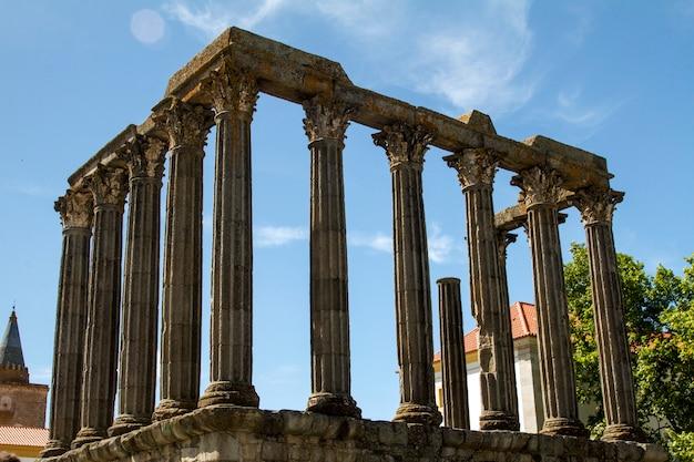 ポルトガル、エヴォラにある有名なダイアナ神殿の碑の眺め。