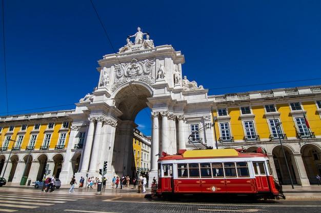 ポルトガル、リスボンにある有名な凱旋オーガスタアーチの眺め。