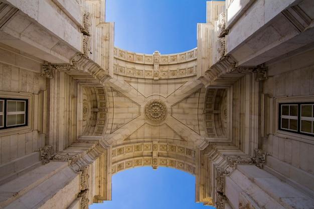 ポルトガル、リスボンにあるオーガスタ通りの有名なアーチの上からの眺め。