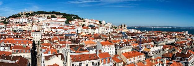 丘の上にサンジョルジェのランドマークとなる城がある美しいリスボンのダウンタウンエリアの眺め。
