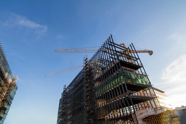 大きな高層マンションの建設現場の眺め。