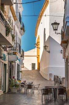 アヤモンテ、スペインの小さな村の典型的なヨーロッパの通りの眺めを閉じます。
