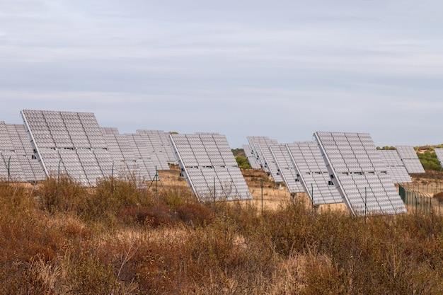 Поле фотоэлектрических солнечных панелей, собирающих энергию.