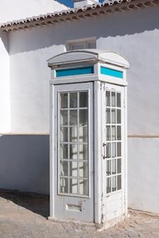 放棄された古い電話ボックス