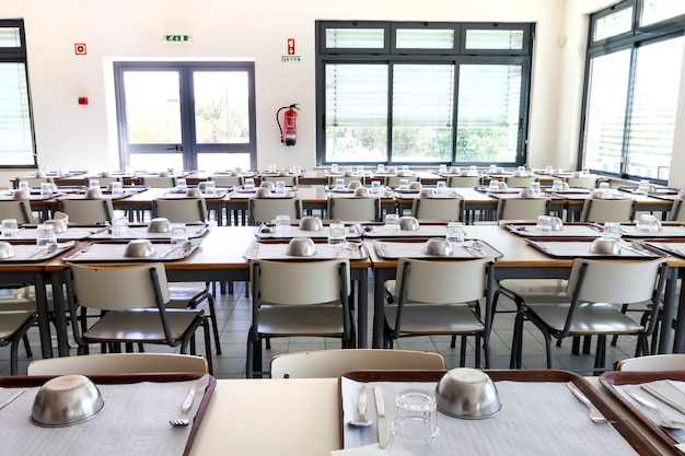 Пустая школьная столовая