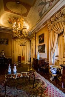 ポルトガル、リスボンにあるアジュダ宮殿の美しい部屋の一つの内部の眺め。