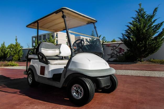 道路に駐車して白いゴルフカートのビューを閉じます。