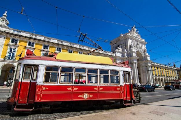 ポルトガルのリスボンで今日もまだ循環しているヴィンテージの有名な赤い電車のビュー