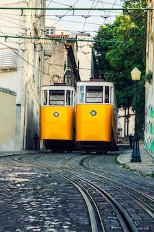ポルトガル、リスボンにあるグロリアのビンテージ電車の有名なリフトの眺め。