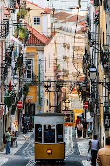 ポルトガル、リスボンにあるビカのビンテージ電車の有名なリフトの眺め。