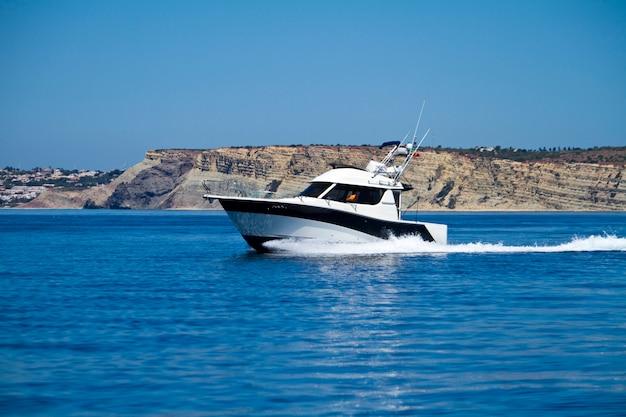 水上スピード違反のヨット