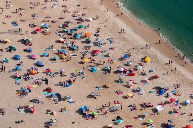 混雑したビーチ