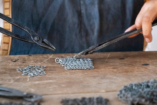 中世の鍛冶屋チェーンメールの女性
