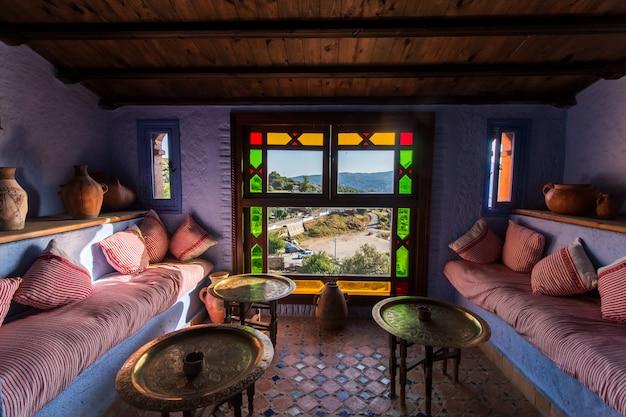 Внутренний вид отеля в городе шефшауэн синий, марокко