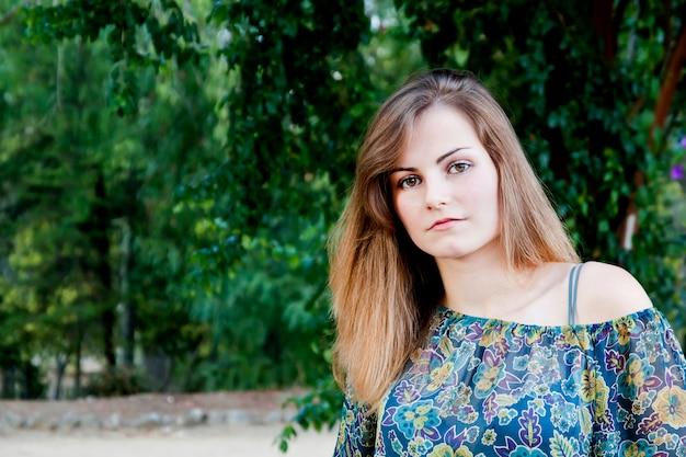 Красивая девушка в цветочном платье