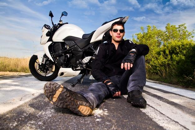 オートバイを持つ男