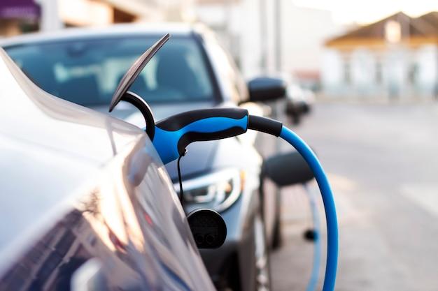 Электрический автомобиль подключен для зарядки.