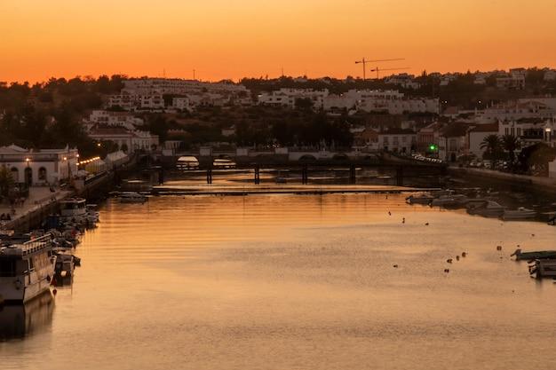 タヴィラ市の日没の風景