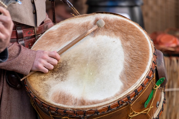 Большой средневековый барабанщик