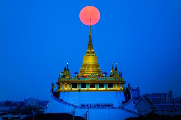 黄金の山はバンコクの宗教的建造物です